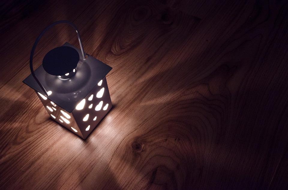 Lanterne romantique avec des coeurs