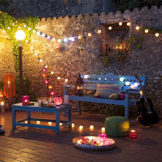 Terrasse romantique décorée avec des guirlandes lumineuses