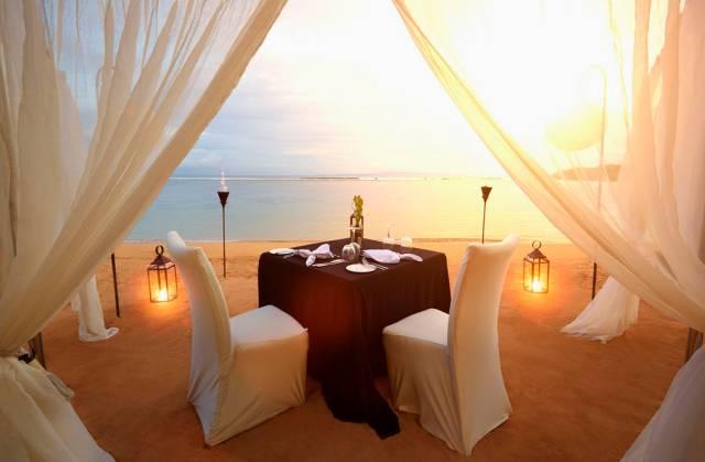 Dîner romantique au bord de la mer avec des lanternes