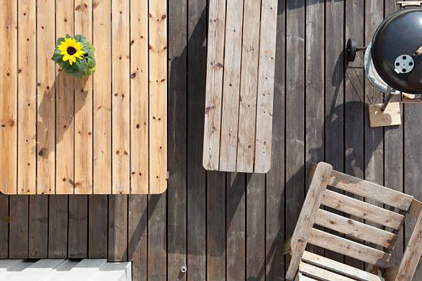 Vue de haut sur un salon de jardin fait de bois